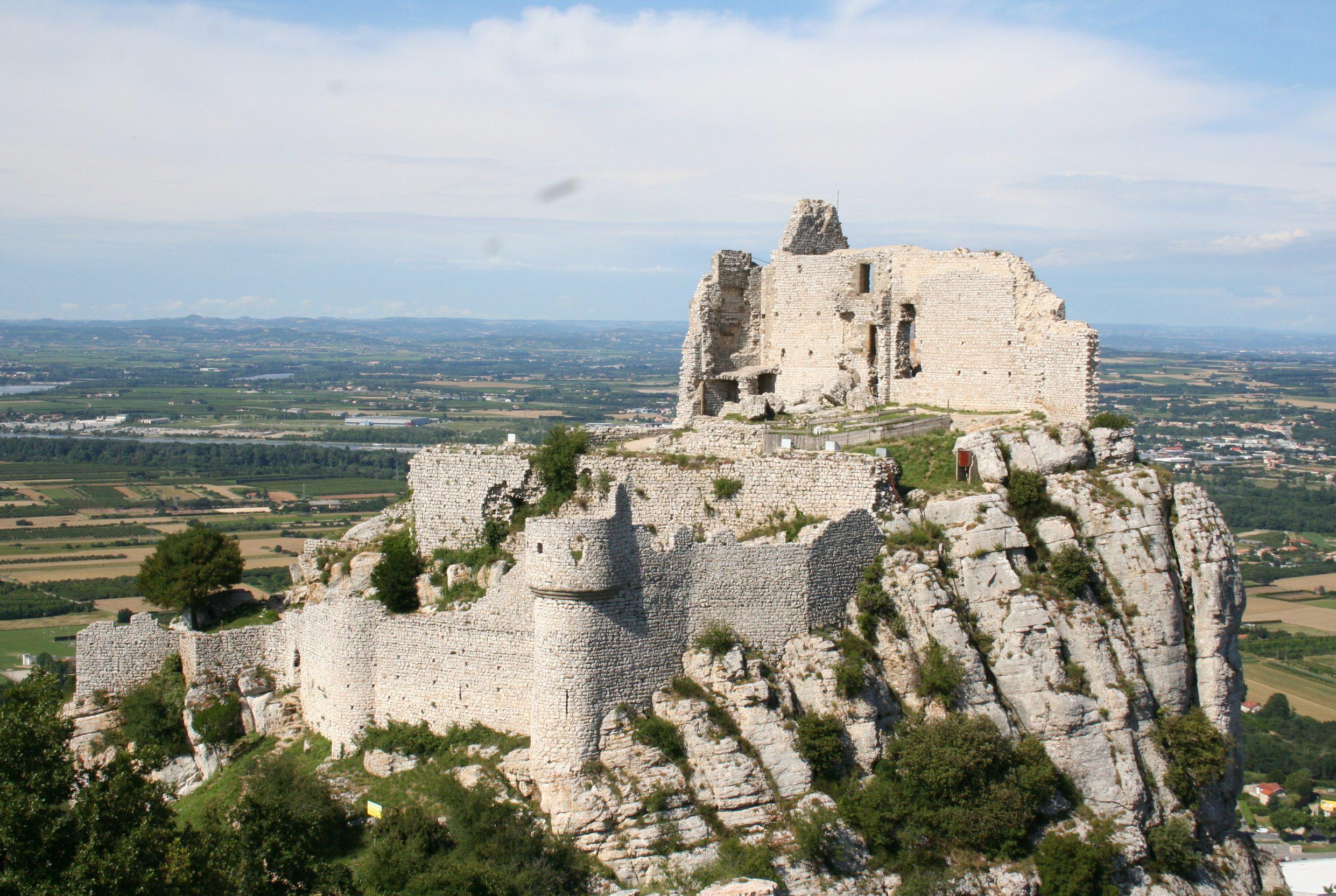 4. Grottes de Soyons (village et château de Crussol)